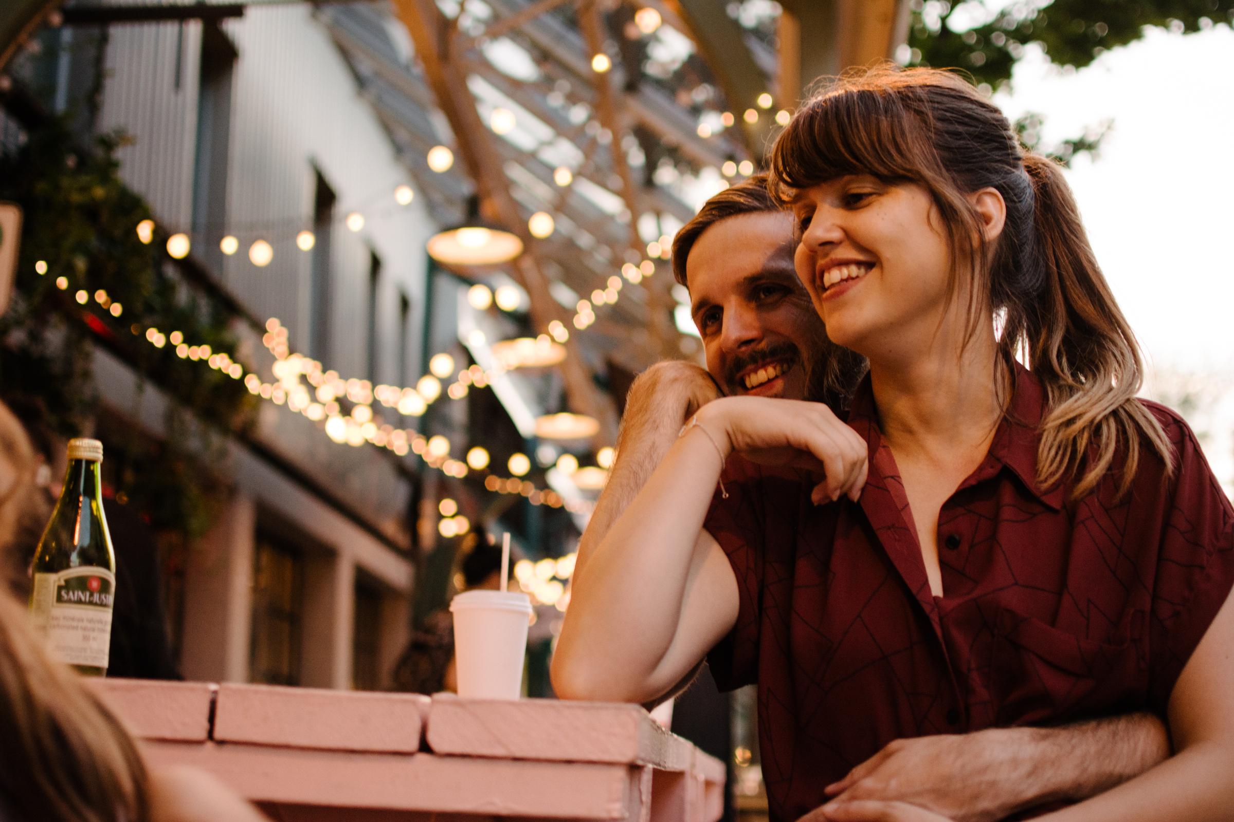 photo-d-un-couple-de-parents-heureux-a-l-armoire-a-glaces-photographe-lifestyle-de-famille-a-montreal-marianne-charland-166.jpg