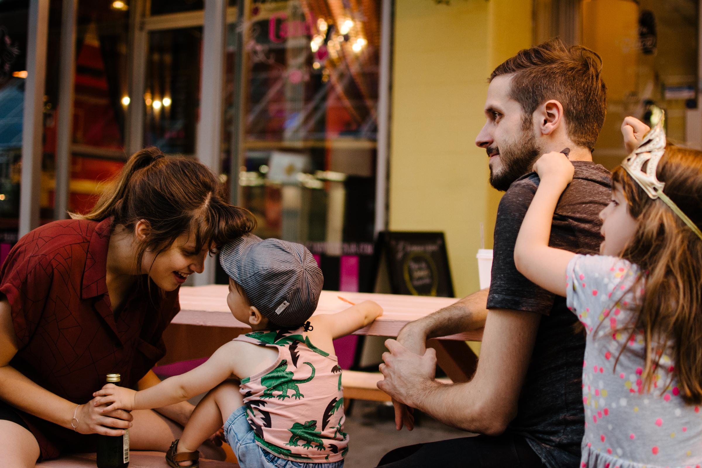 photo-d-une-une-famille-qui-mange-de-la-gelato-a-l-armoire-a-glaces-photographe-lifestyle-de-famille-a-montreal-marianne-charland-135.jpg