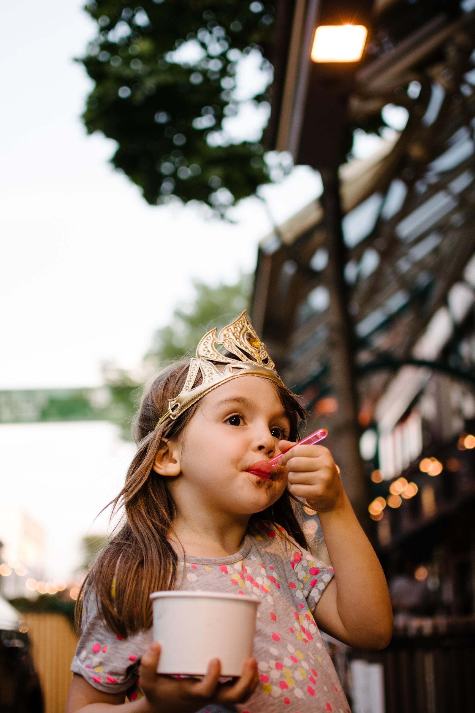photo-d-une-fillette-couronnee-qui-mange-de-la-gelato-a-sa-fille-photographe-lifestyle-de-famille-a-montreal-marianne-charland-127.jpg