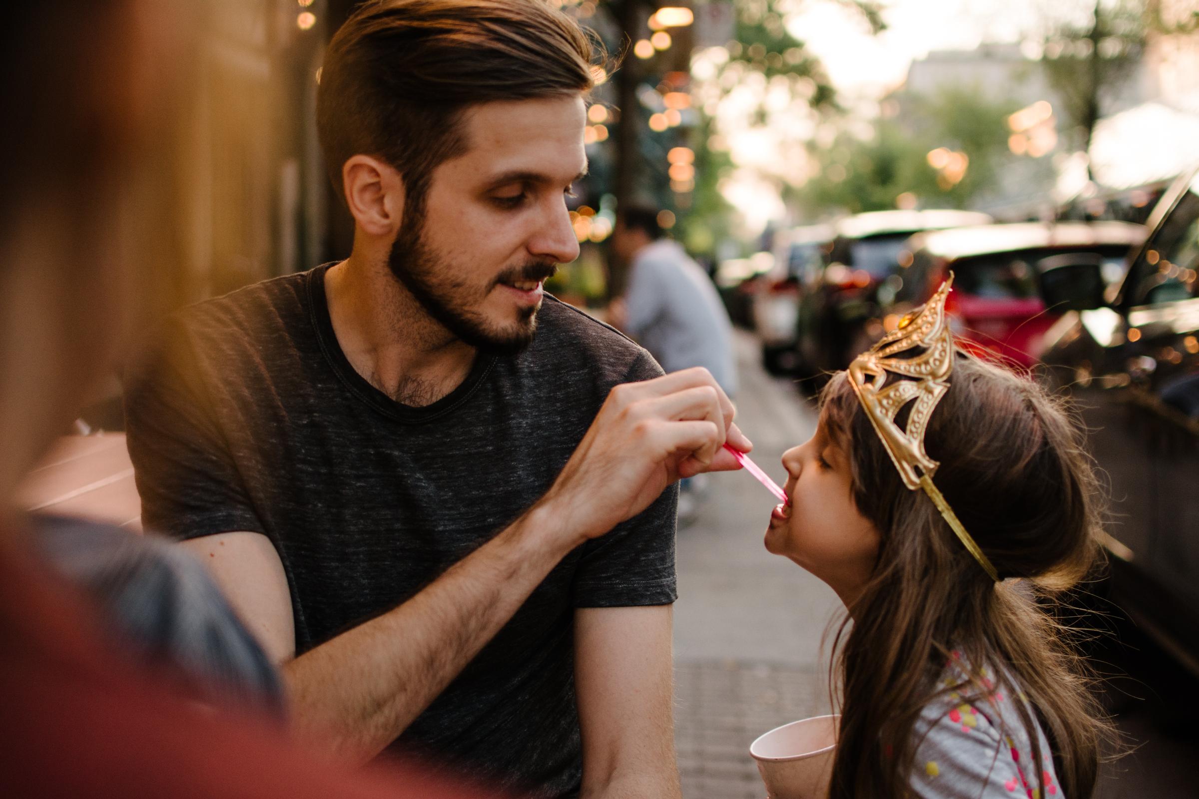 photo-d-un-pere-qui-fait-manger-de-la-gelato-a-sa-fille-photographe-lifestyle-de-famille-a-montreal-marianne-charland-112.jpg
