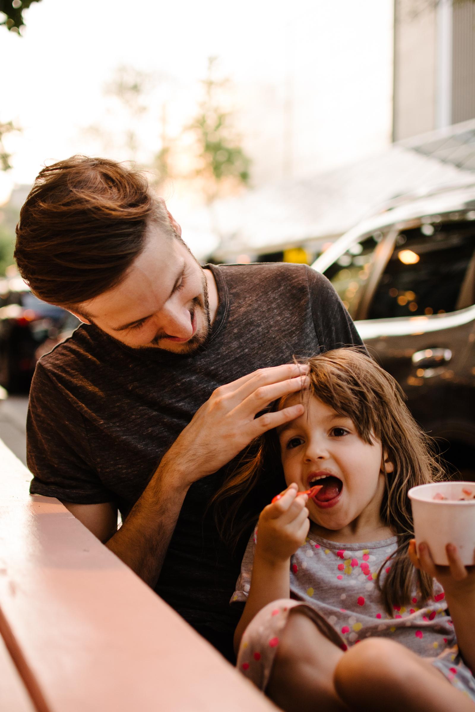 photo-d-une-fillette-qui-mange-de-la-gelato-avec-son-pere-photographe-lifestyle-de-famille-a-montreal-marianne-charland-094.jpg