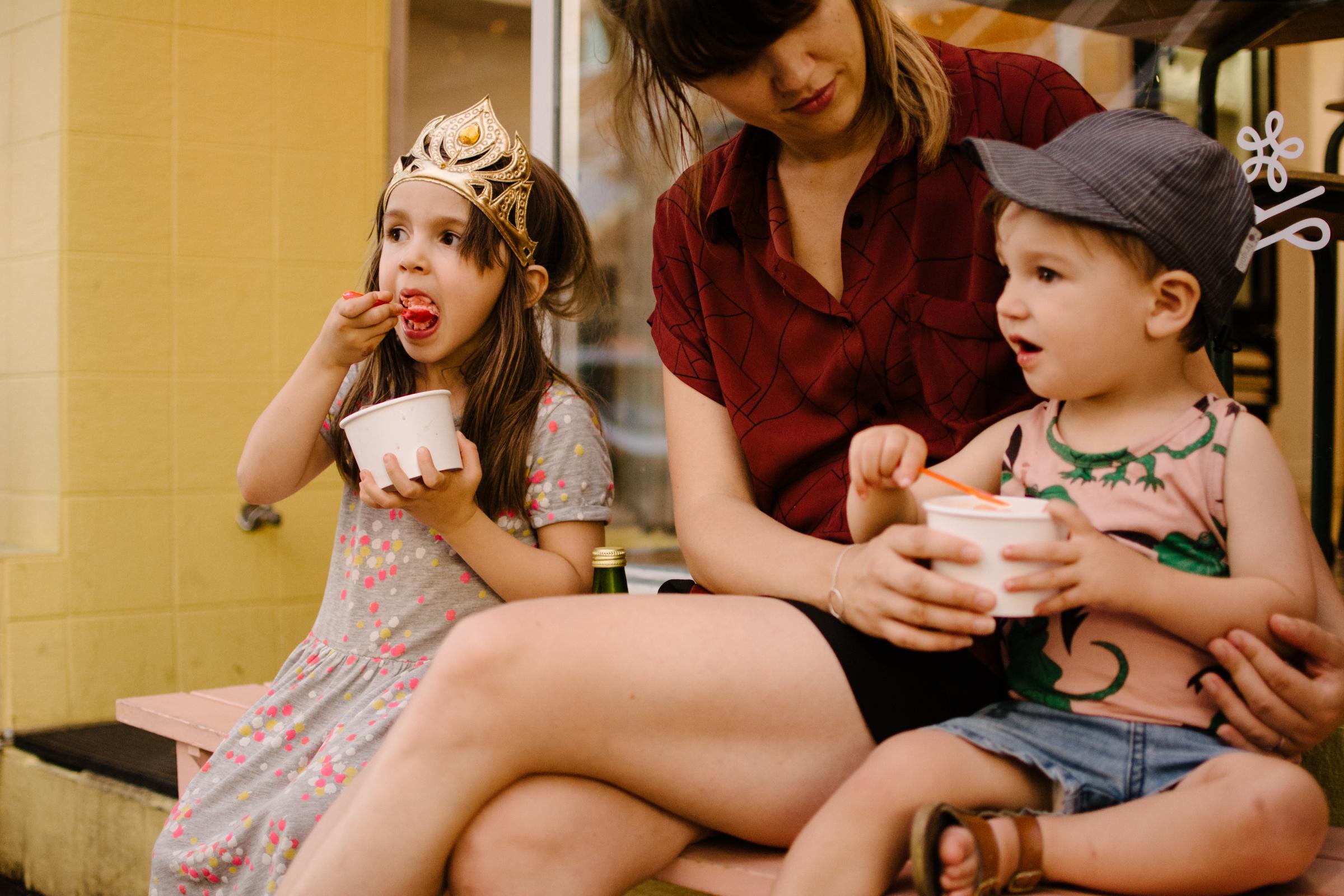 photo-d-une-mere-et-ses-enfants-devant-une-cremerie-photographe-lifestyle-de-famille-a-montreal-marianne-charland-086.jpg