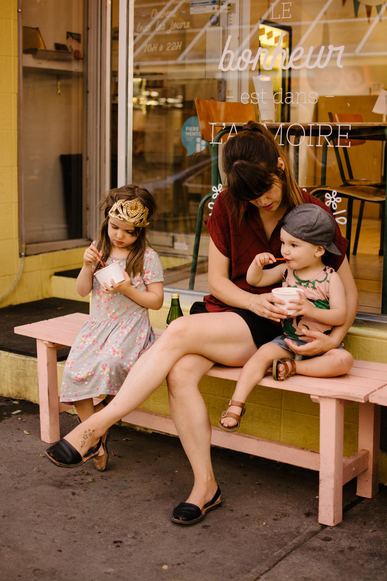 photo-d-une-mere-et-ses-enfants-devant-une-cremerie-photographe-lifestyle-de-famille-a-montreal-marianne-charland-084.jpg