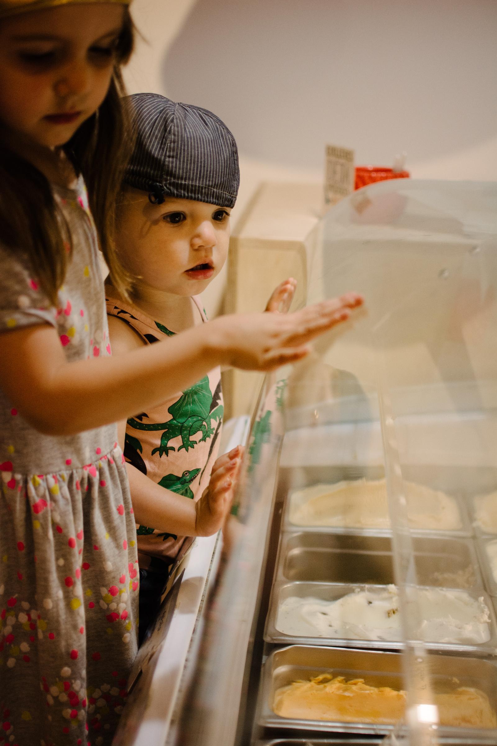 photo-d-enfants-devant-un-etalage-de-gelato-photographe-lifestyle-de-famille-a-montreal-marianne-charland-064.jpg