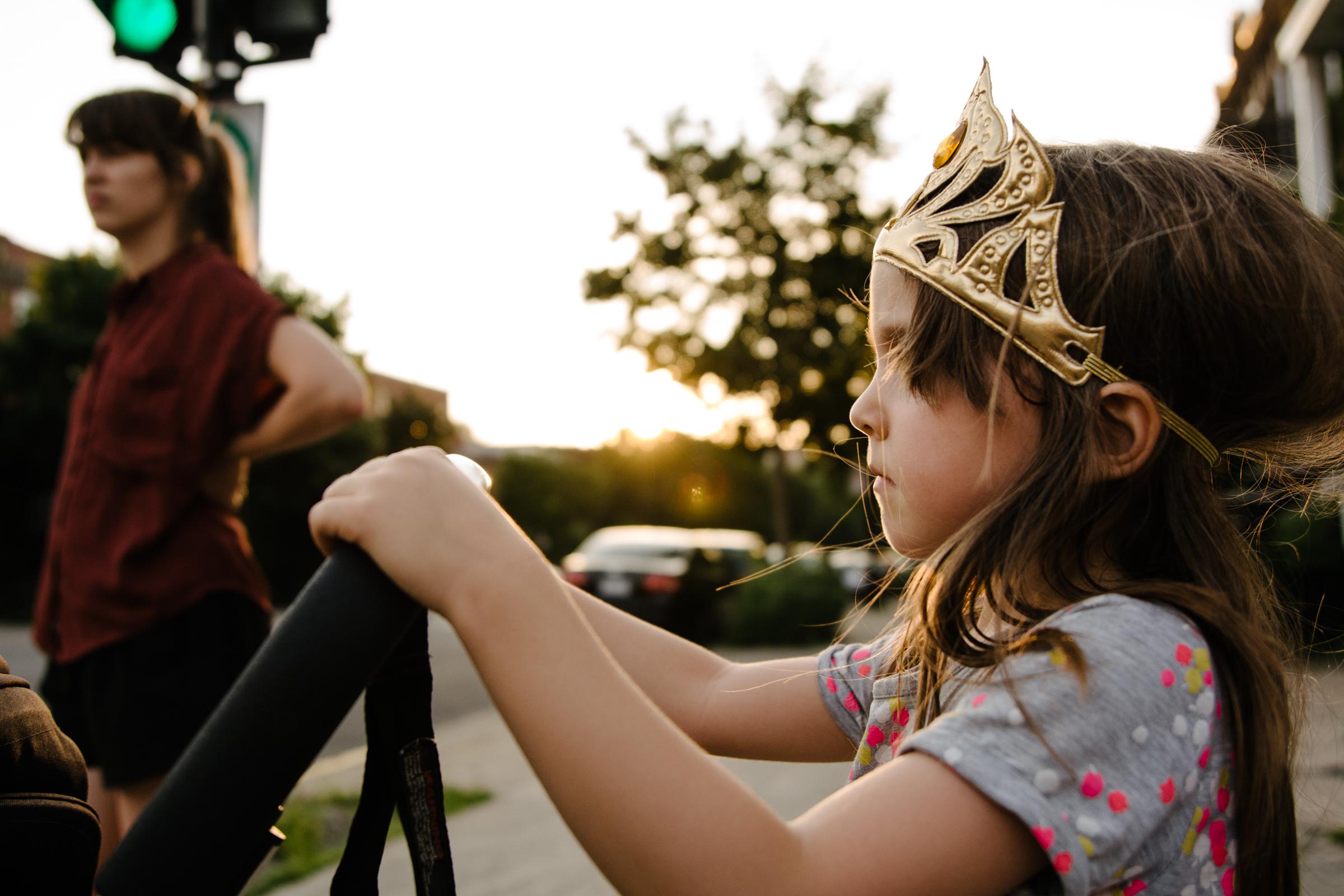 photo-d-une-grande-soeur-a-couronne-qui-pousse-une-poussette-photographe-lifestyle-de-famille-a-montreal-marianne-charland-048.jpg