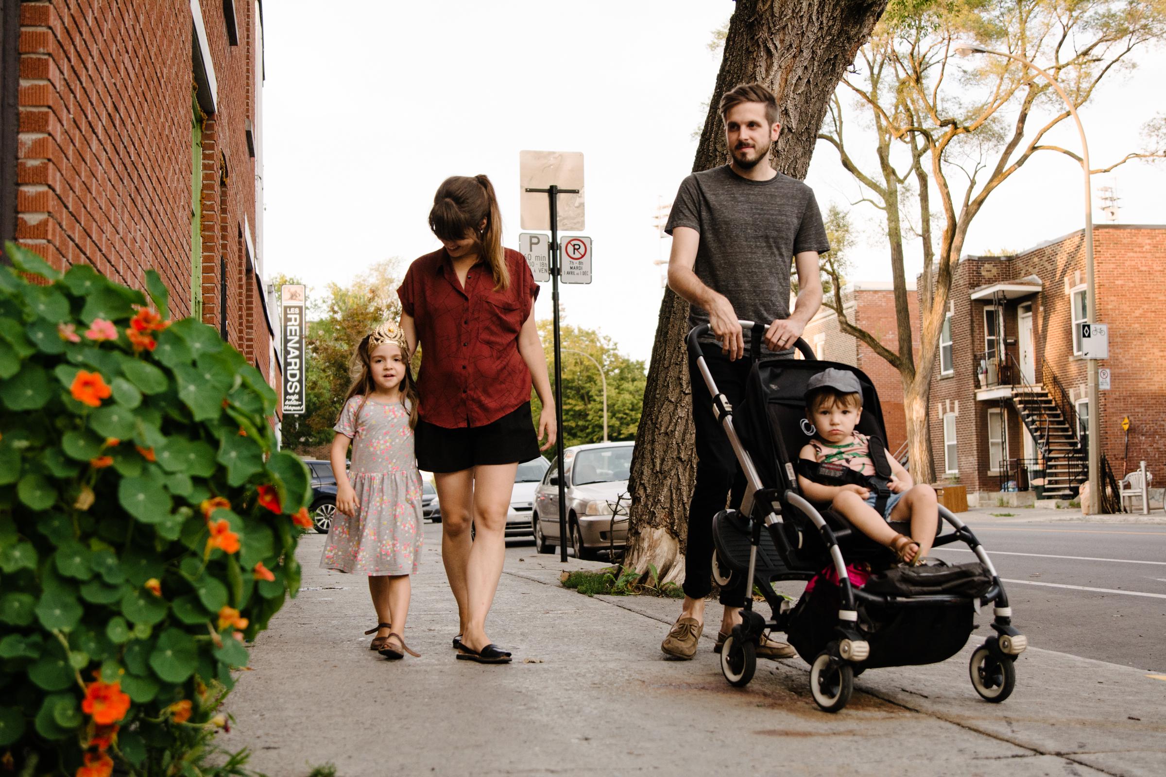 photo-d-une-petite-famille-montrealaise-qui-deambule-dans-les-rues-de-rosemont-en-ete-photographe-lifestyle-de-famille-a-montreal-marianne-charland-043.jpg