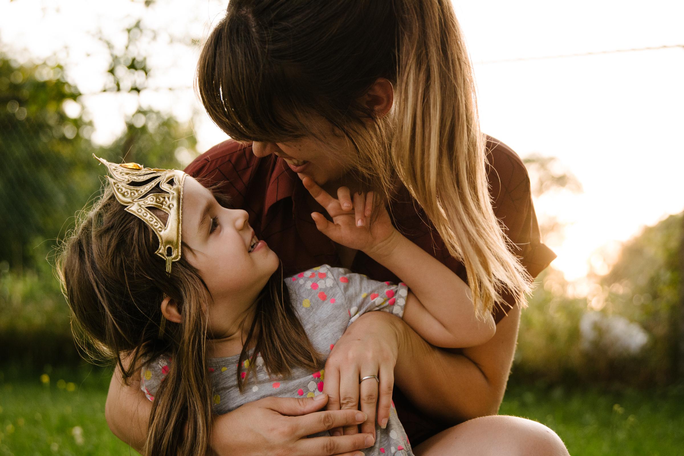 photo-d-une-maman-et-sa-fille-dans-un-champ-urbain-au-coucher-du-soleil-photographe-lifestyle-de-famille--a-montreal-marianne-charland-029.jpg