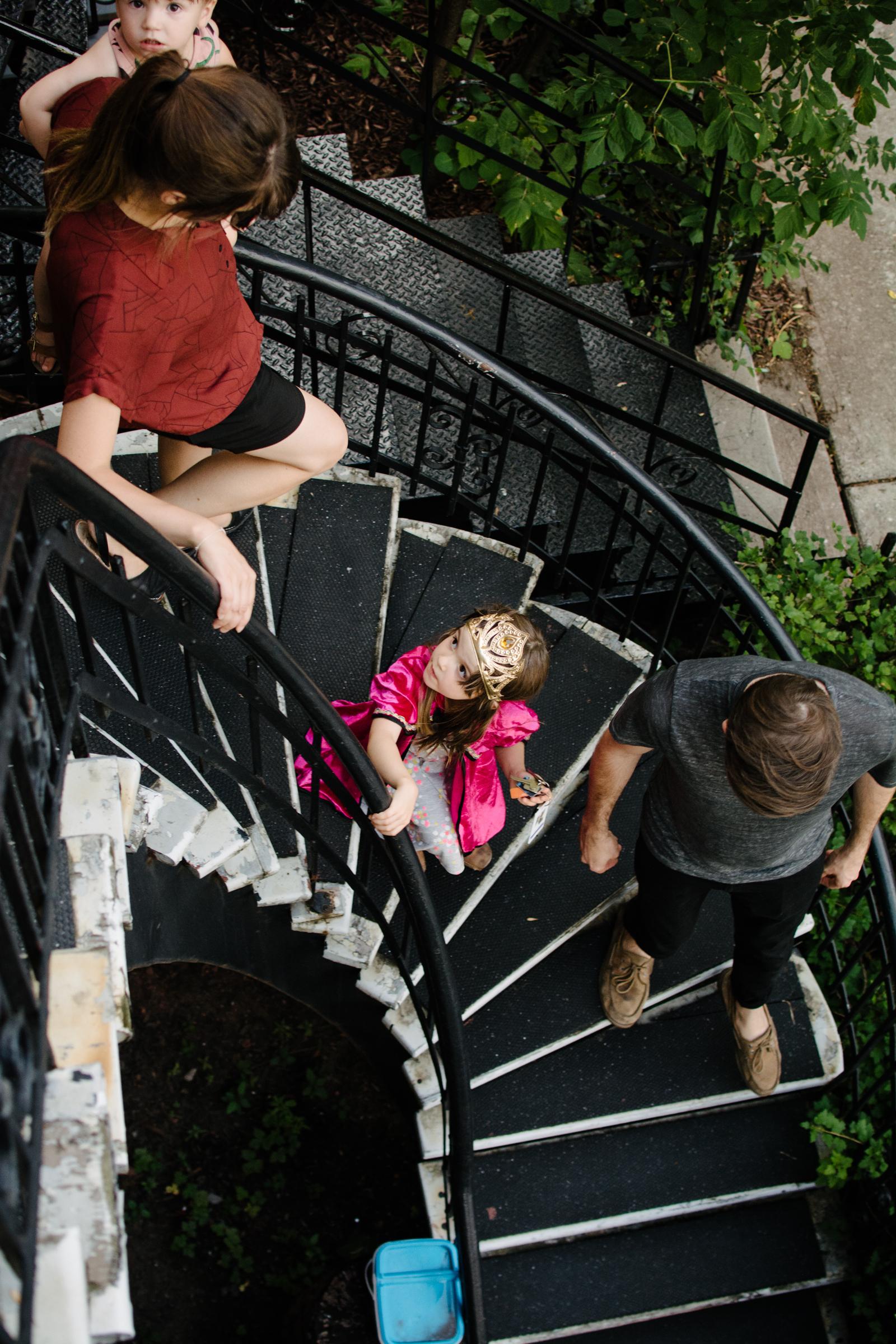 photo-d-une-famille-montrealaise-qui-descend-son-escalier-en-colimacon-photographe-lifestyle-de-famille--a-montreal-marianne-charland-014.jpg