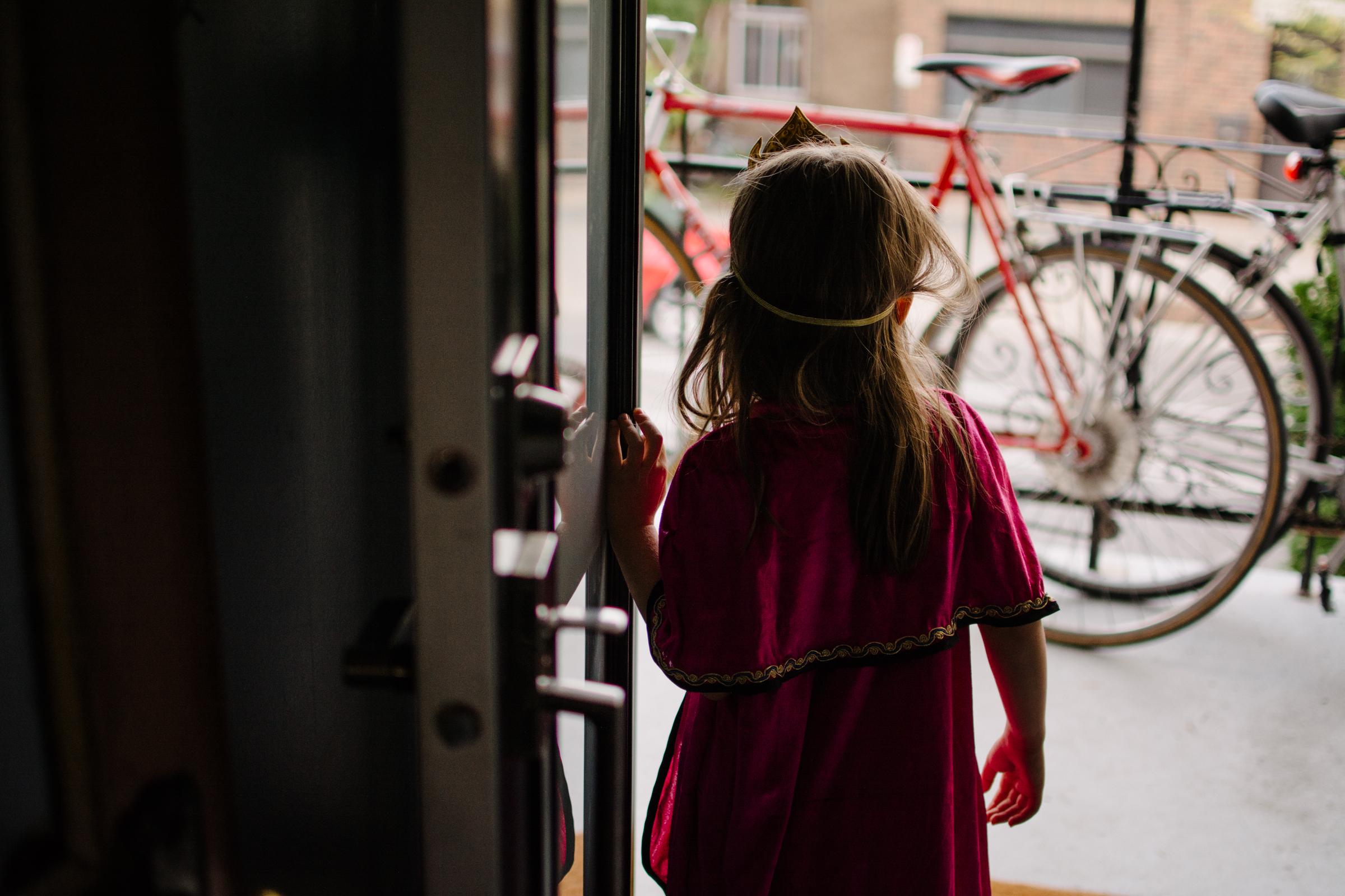 photo-d-une-fillette-portant-une-couronne-dans-l-embrasure-de-laporte-photographe-lifestyle-de-famille--a-montreal-marianne-charland-007.jpg