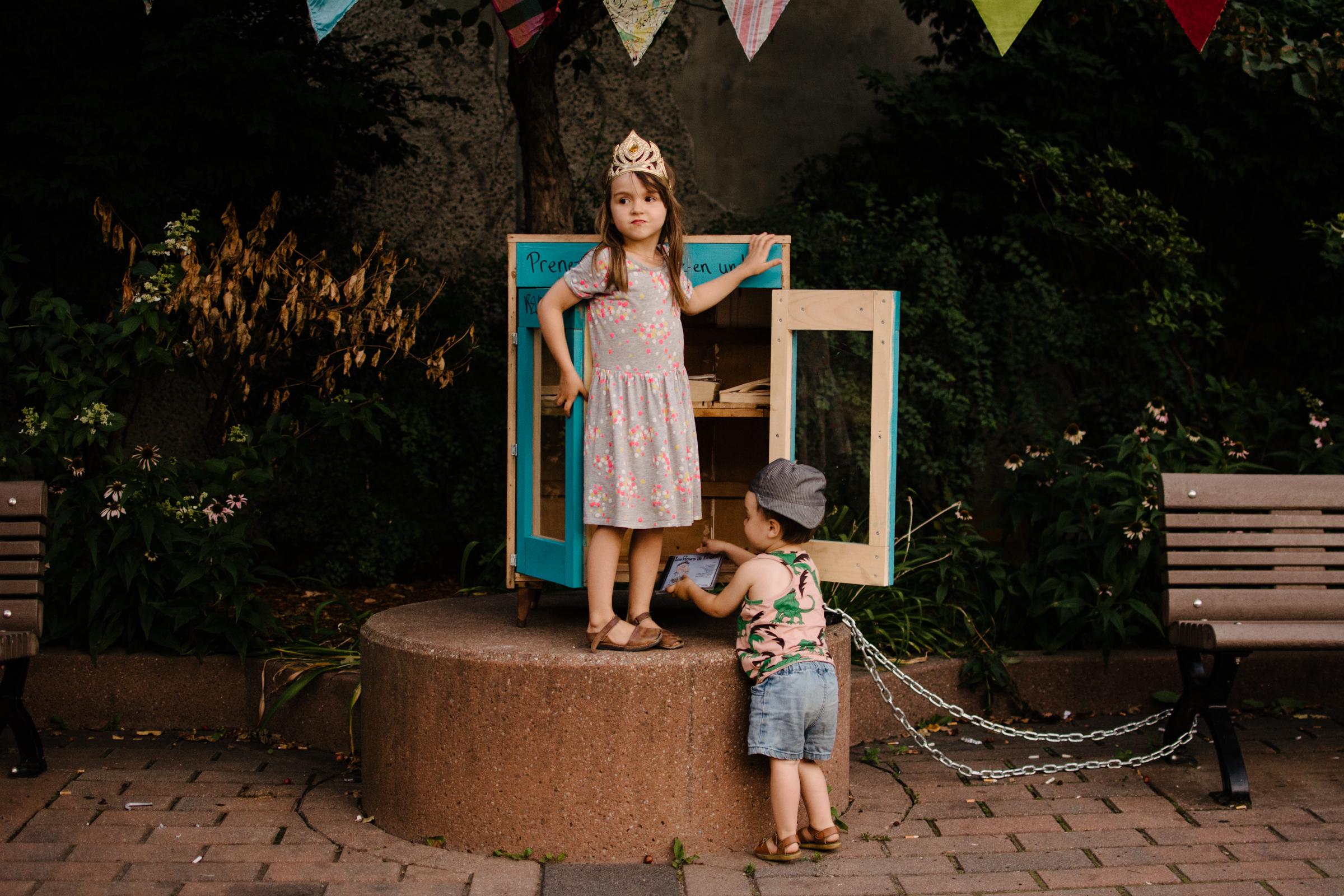 photo-d-enfants-qui-jouent-devant-le-croque-livre-de-l-oasis-bellechasse-photographe-lifestyle-de-famille-a-montreal-marianne-charland-168.jpg