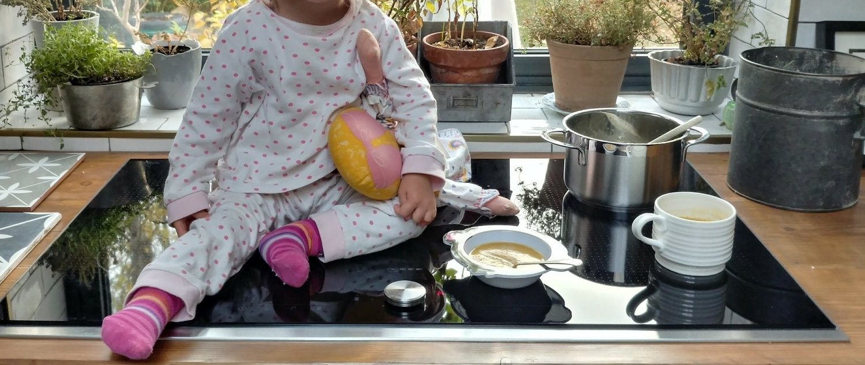 Hâm nóng một ít súp cho bé và dolly.