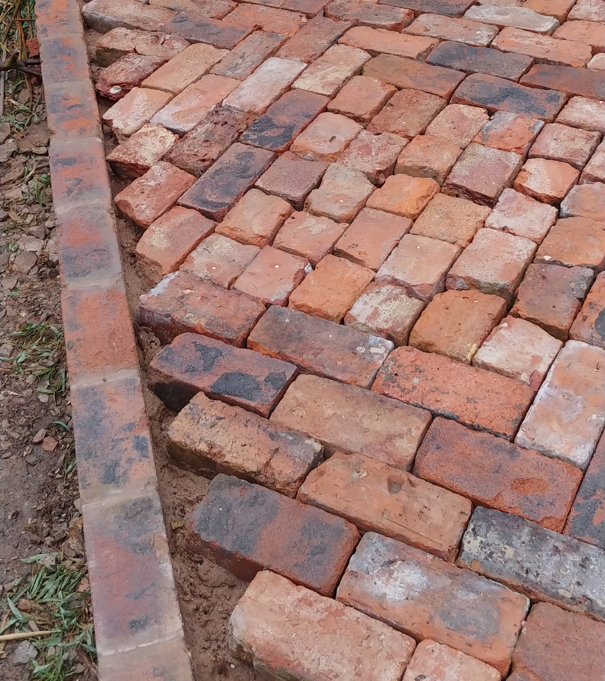 Close up of the diagonal edge against the mortared edge. Some bricks touch, some don't, and that's OK.