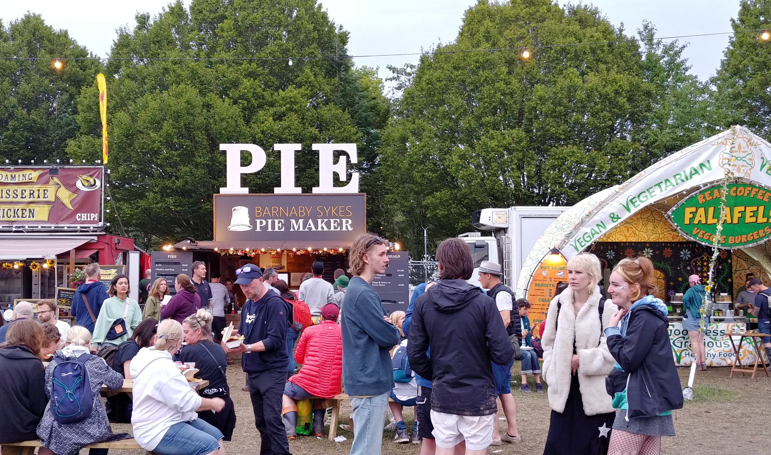 The second most noticeable sign on the site. Bar and pie, all the basics covered.