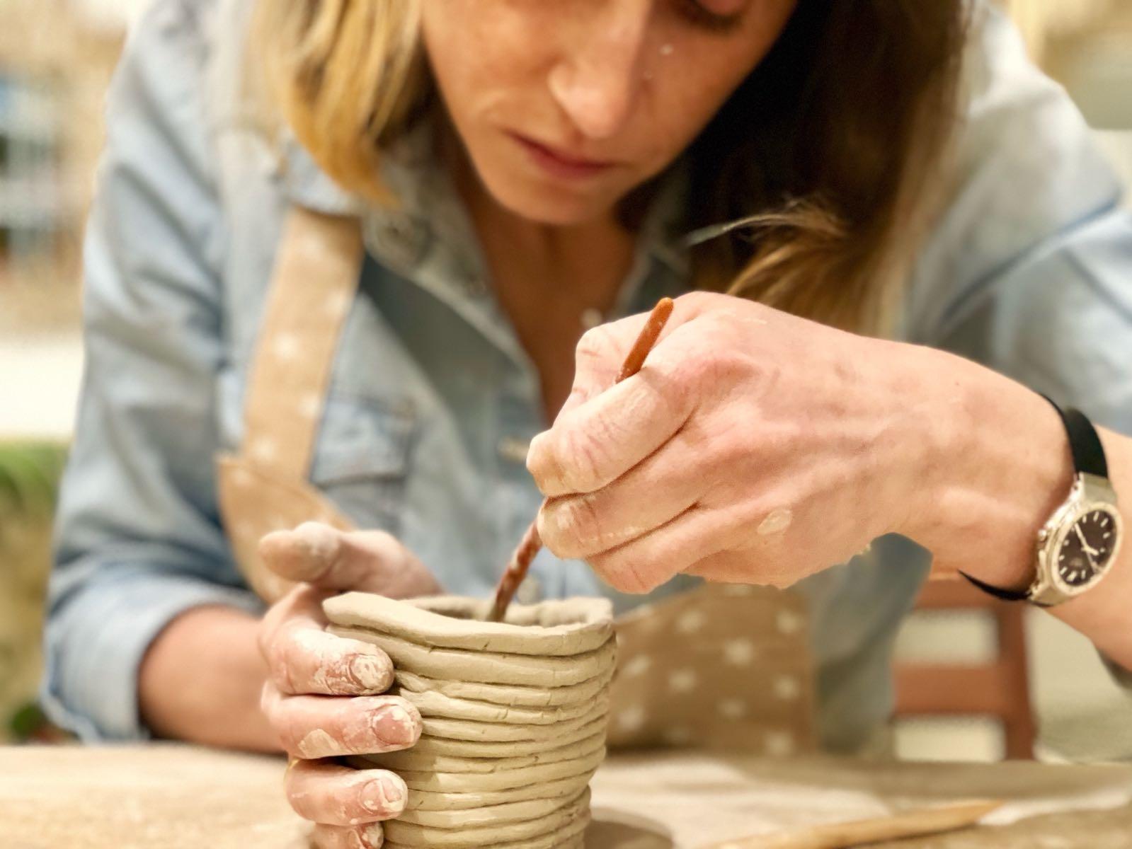 WORKSHOP CERÁMICA - El workshop de cerámica incluye...Breve introducción sobre la cerámica y aspectos básicos sobre herramientas y materiales. Todas las herramientas y materiales que necesitas para elaborar tus piezas, así como la cocción en horno especial. Las piezas que hagas te las llevarás a casa. Hablaremos del día de la entrega en la última sesión. Cuatro horas de relax (2 sesiones de 2 hs.) con suave música de fondo. Un snack saludable acompañado de una copa de vino