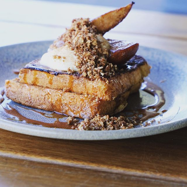 Brekky too..! check out the new Autumn menu : Sticky date French toast, caramelised pears, vanilla mascarpone & peacan crumb 🍂