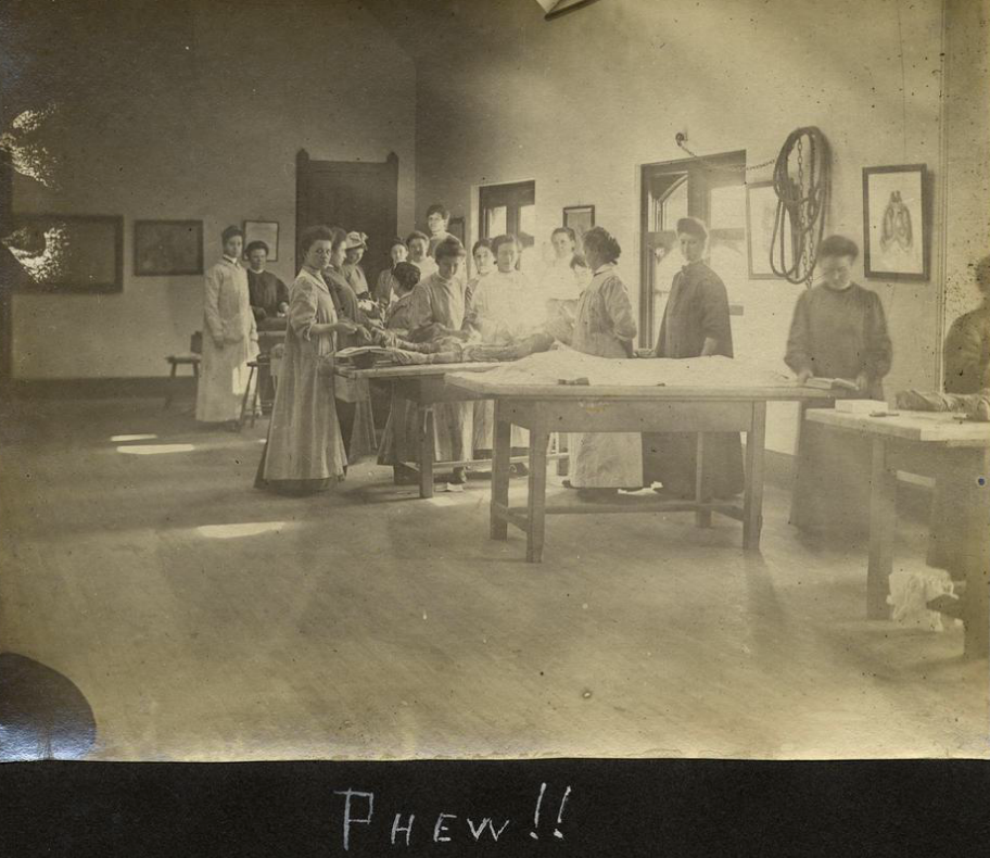 Surgeons-in-training at the Woman's Medical College, ca. 1900. ( Drexel Univ. Special Collections )