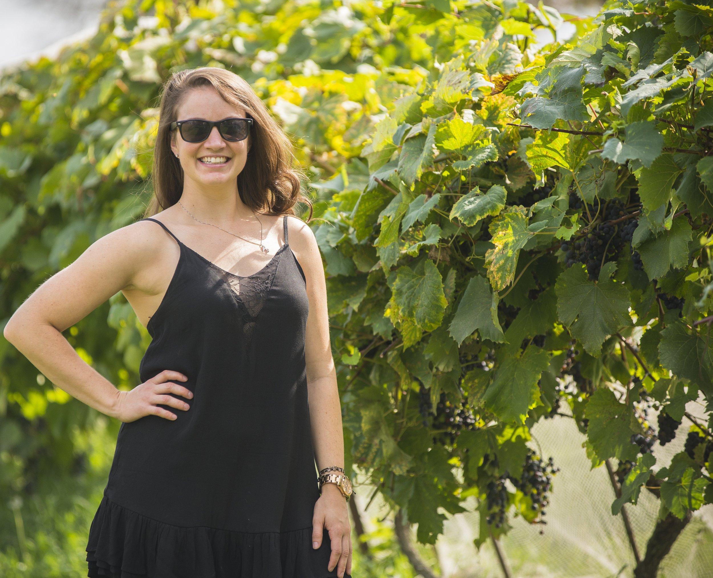 Vigneronne / Conjointe - Anne Grenon - Née à Orléans, elle travaille à temps plein comme infirmière autorisée à l'Institut de cardiologie de l'Université d'Ottawa. Elle a commencé à travailler au vignoble avec Jan-Daniel en 2012. Suite à sa décision d'en apprendre davantage sur la culture des raisins, elle part travailler à Hawke`s Bay en Nouvelle-Zélande en 2012 et à nouveau en 2014.