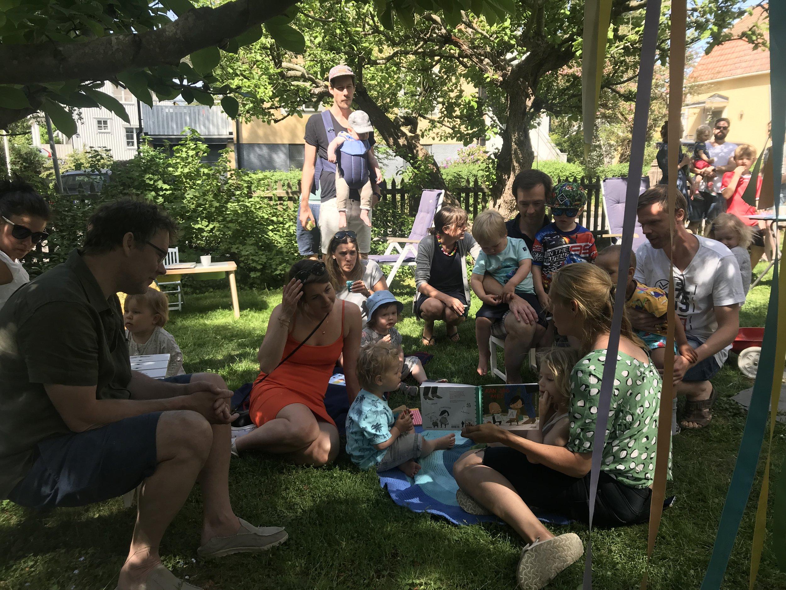 Malin läser Pia Lindenbaum picnic-style