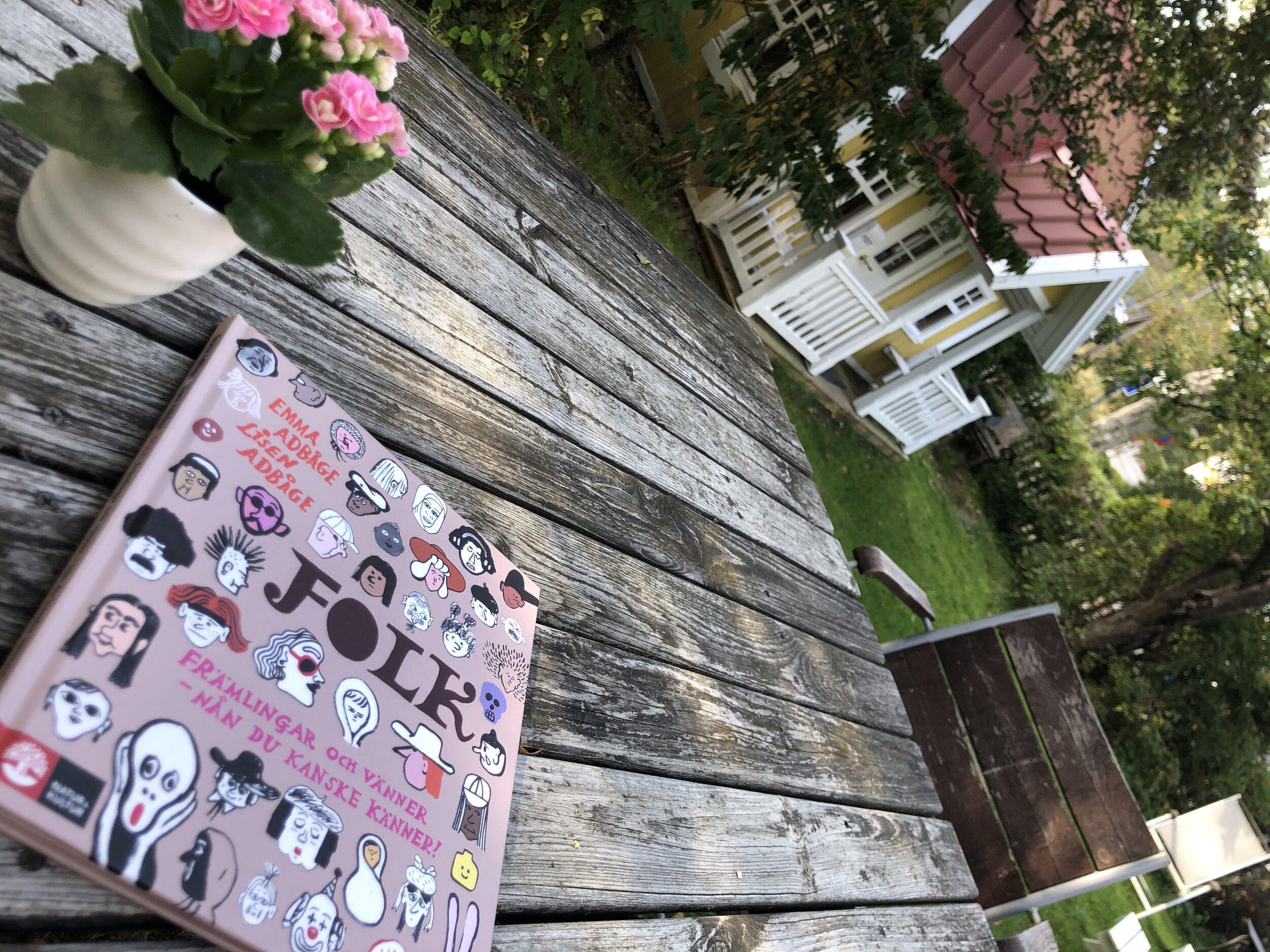 Folk Främlingar och vänner nån du kanske känner Emma Adbåge Lisen Adbåge Bibliotek Barnstugan