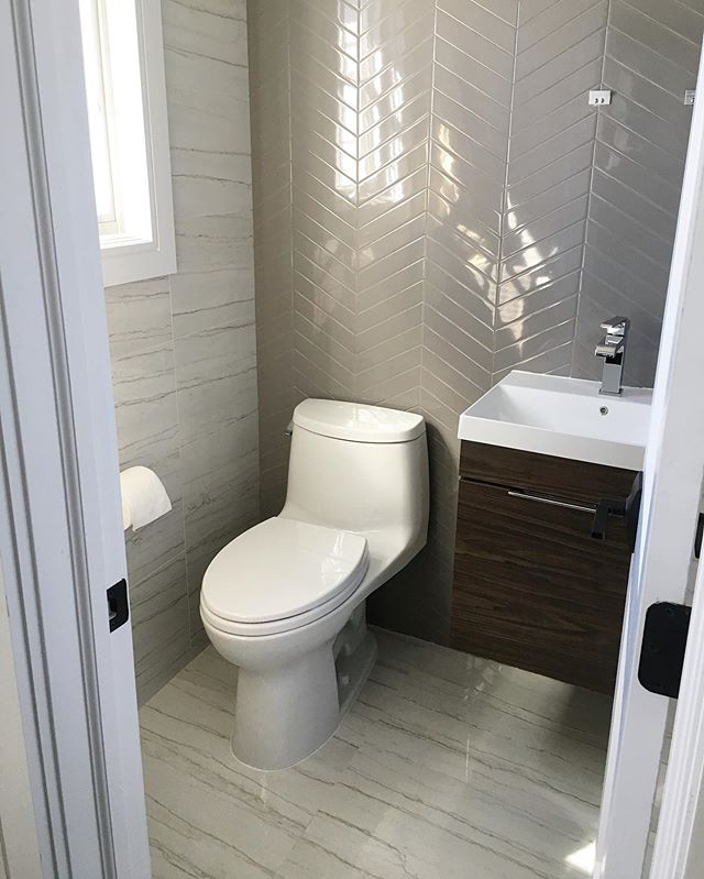 Obsessed with this bathroom! 😍🥰 Credit: @ettaubdesign | #bathroomdesign #interiordesign #porcelaintile #ceramiccreations