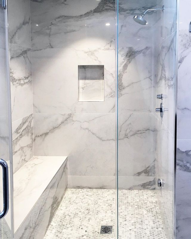 30x60 tiles ✅ CAN be used in small bathrooms. Let's remember that you gain nothing from having more grout lines in your brand new bathrooms. 🛁🧺 Credit: @ettaubdesign | #masterbathroom #bathroomdesign #ceramiccreations