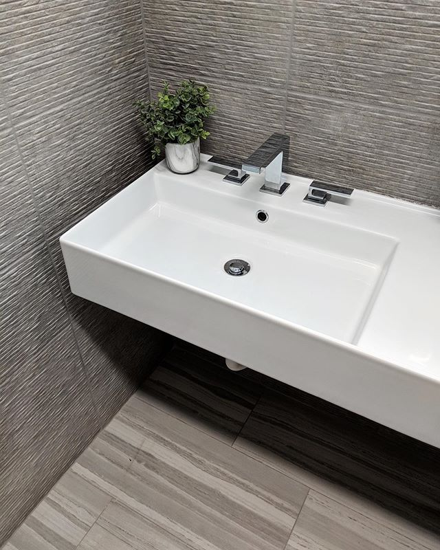 A tranquil commercial bath designed by @yalizakarindesign ✨🌿| #interiordesign #tiledesign #commercialbathroom #ceramiccreations
