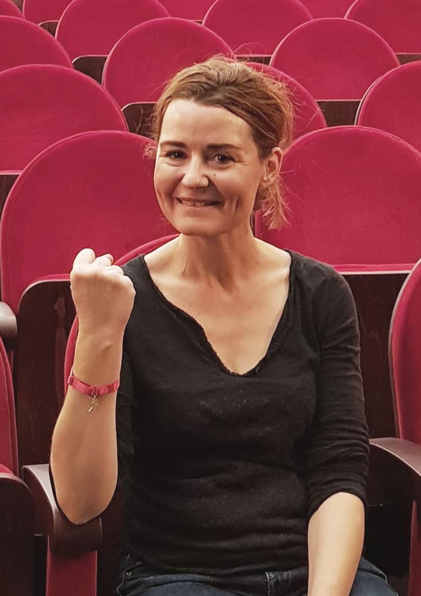 Actuellement au Théâtre de La Pépinière dans La Souricière d'Agatha Christie, elle accepte avec plaisir d'endosser ce rôle d'ambassadrice du bracelet bretelle rose 2019. Spectacle que nous recommandons chaudement, c'est jusqu'à a fin du mois d'octobre ! Merci à toi Christelle !