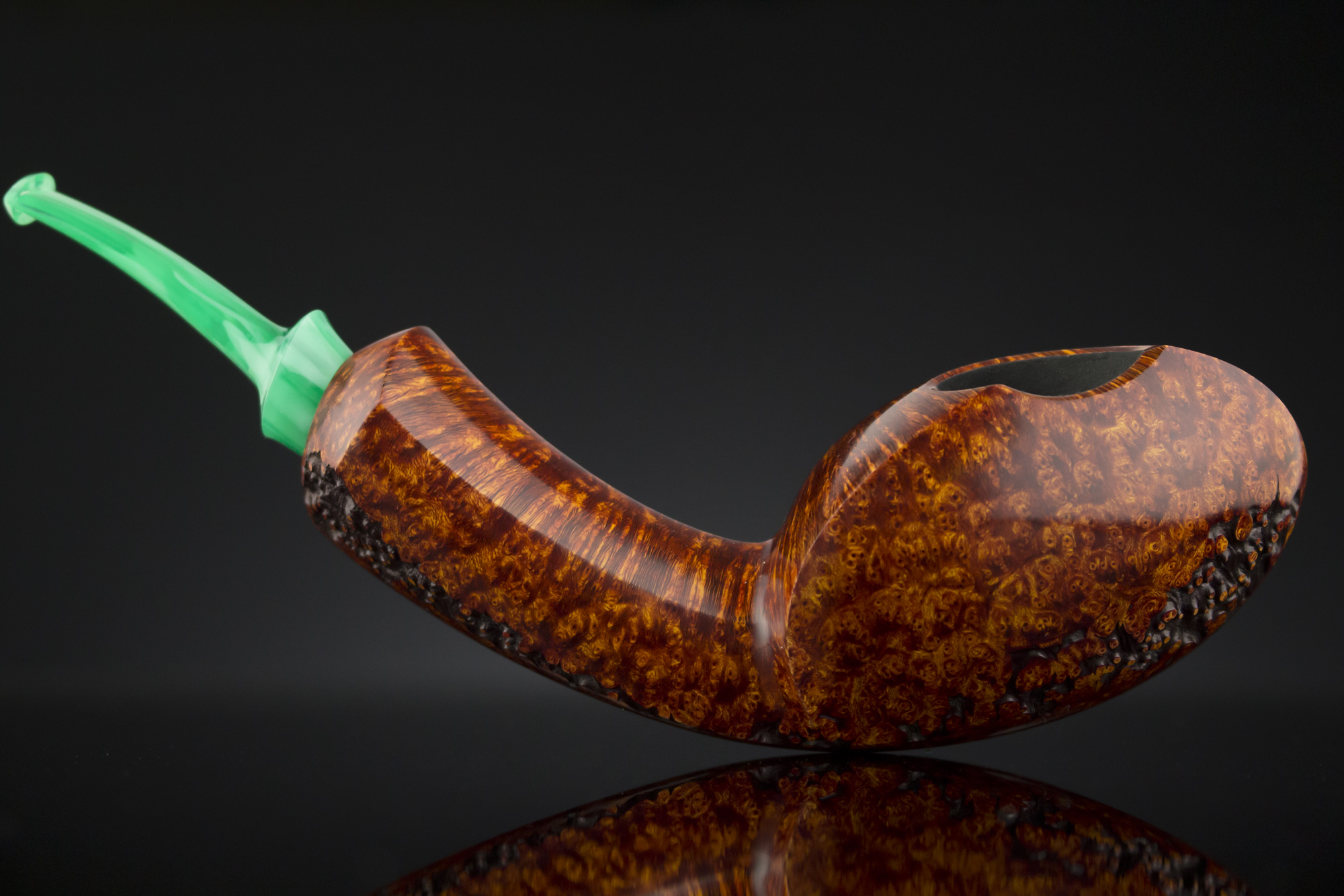 Yeti Pipe #392- A plateaux-crested blowfish with vintage bakelite stem.