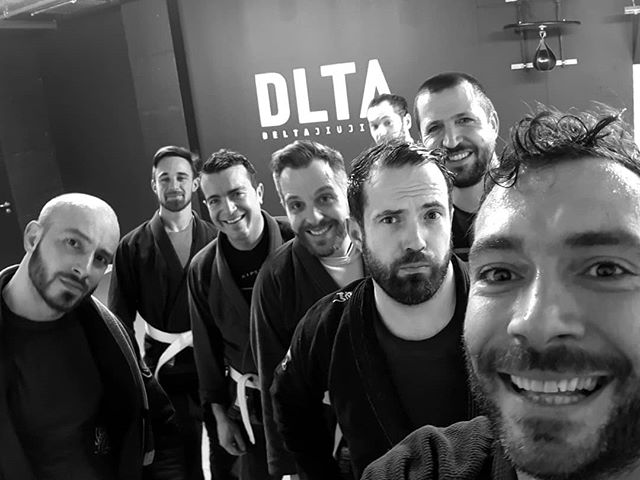 Good Tuesday brawl with the crew✌ Setting the foundation for solid foot work, grips and stands for throws and single legs. Drills might not always be the most fun thing to do. But.. 😉 #deltajj #goodvibes #drilltokill #jiujitsu #deltaknows #broandarrow