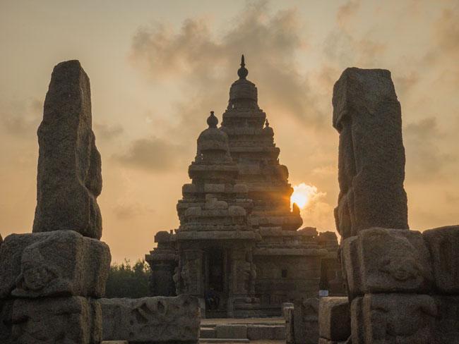 THE SHORE TEMPLE   Der Ufertempel ist einer der ältesten Tempel Indiens, der zwischen 700-728 n. Chr. unter der Schirmherrschaft von Narasimhavarman II. aus der Pallava-Dynastie errichtet wurde. Der Schrein ist Lord Shiva und Lord Vishnu gewidmet.