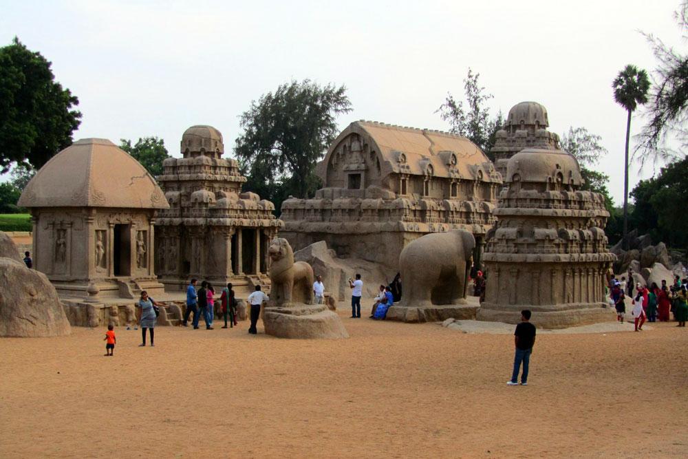 PANCHA RATHAS   Es handelt sich um monolithische, felsgeformte Tempel, die aus einem einzigen riesigen Felsen gehauen wurden. Die fünf Rathas sind den fünf Brüdern Pandava und ihrer Frau Draupadi gewidmet.