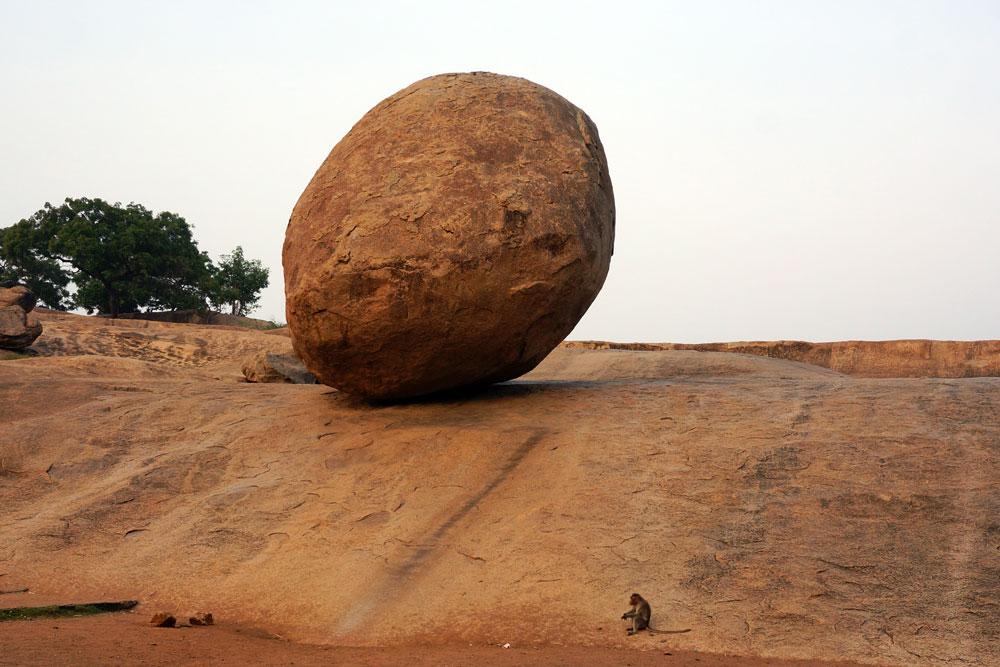 KRISHNA'S BUTTER BALL   Es ist ein riesiger runder Felsbrocken, der in einem Winkel von 45 Grad steht und sich auf einem Felsen balanciert. Er befindet sich dort seit fast 1300 Jahren.