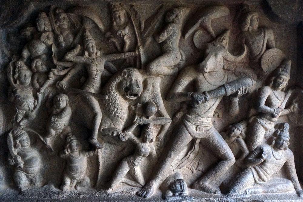 VARAHA CAVE TEMPLE   Der Höhlentempel ist eines der schönsten Beispiele für die Pallava-Architektur. In die Wände im Inneren der Höhle sind verschiedene mythologische Szenen geschnitzt.