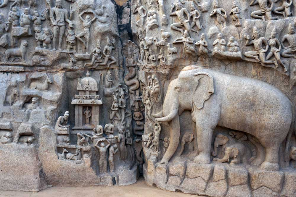 DESCENT OF THE GANGES   Es ist eines der größten Freiluft-Felsreliefs der Welt. Das Relief wurde aus einem einzigen Stein gehauen und steht fast 14 Meter hoch über dem Boden. Dieses riesige Relief zeigt eine Szene aus dem großen hinduistischen Epos The Mahabharata.