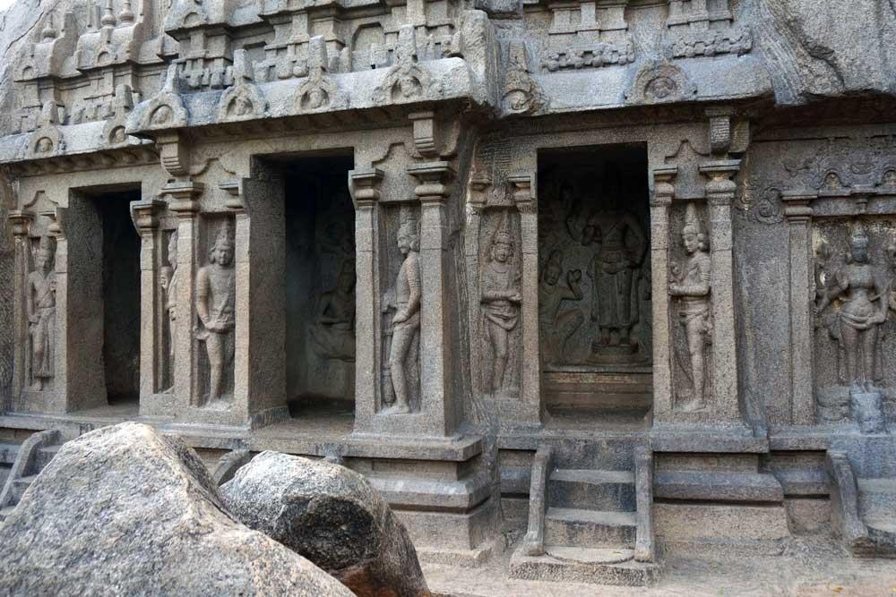 TRIMURTI CAVE   Die Trimurti-Höhle ist ein religiöser Schrein, der den drei Triumviräten aus dem Hinduismus gewidmet sind: Brahma, Vishnu und Maheshwar.