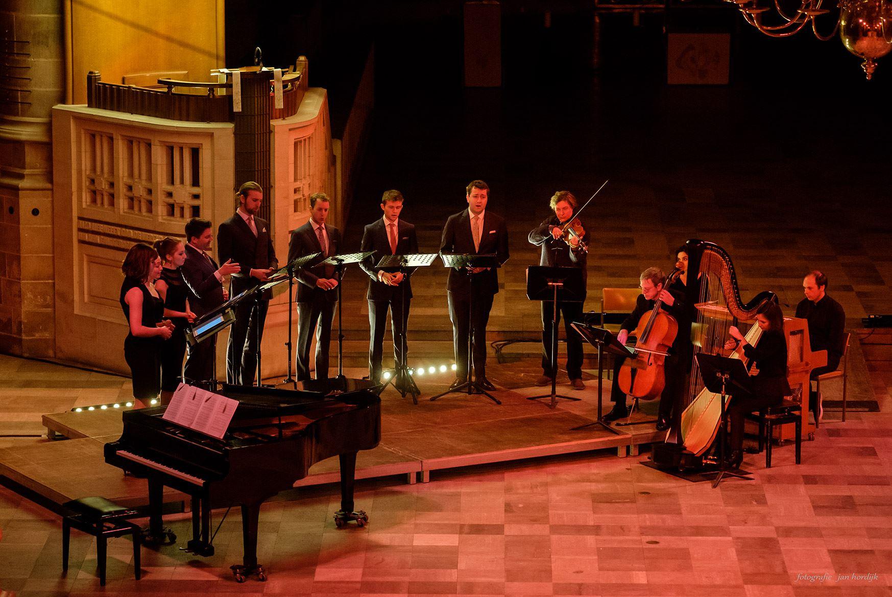 Photo by Jan Hordijk. With Voces8, Laurens de Boer; piano, Hans Woudenberg; cello, Karin Dolman; viola, Cisem Ozkurt; violin.