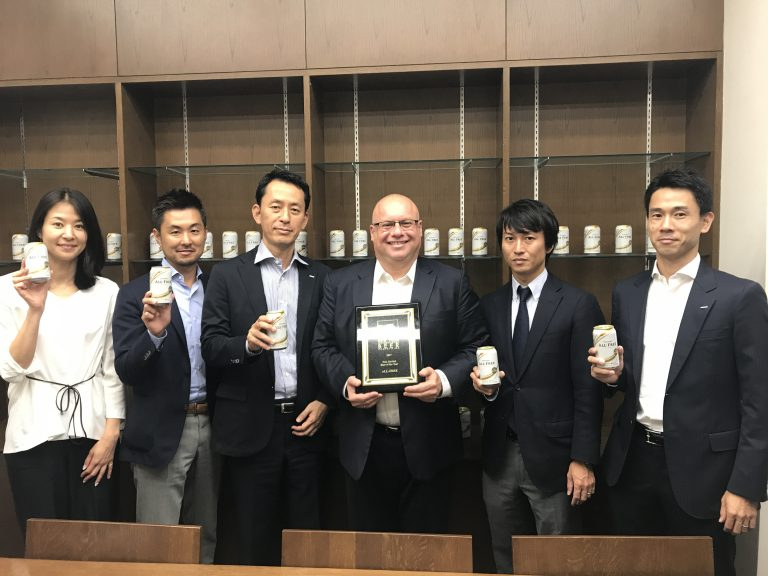 Presenting the gold medal-winning plaque to Suntory Beer