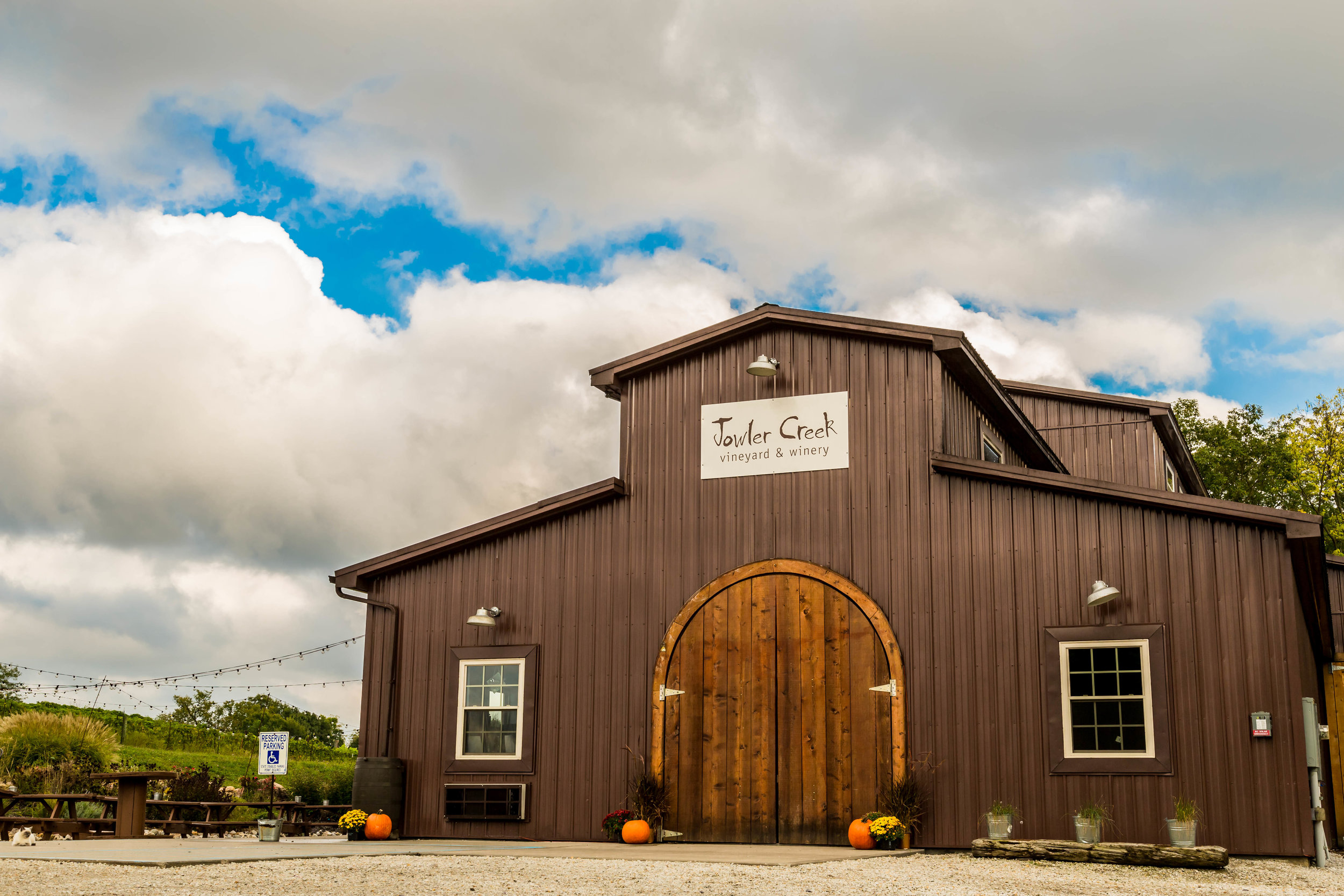 Jowler Creek Winery serves the best wines in Missouri in its winetasting room located near me in Weston Mo, St. Joseph Mo and Kansas City Mo. The winery offers fun wine events and winetasting events and uses sustainable practices to make their award-winning wines.