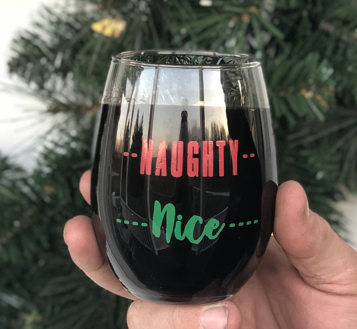 Jowler Creek Winery in Kansas City, Missouri has fun holiday wine events for Thanksgiving and Christmas near you. They are Missouri's first green winery and have cute wine glasses and fun holiday wine glasses.
