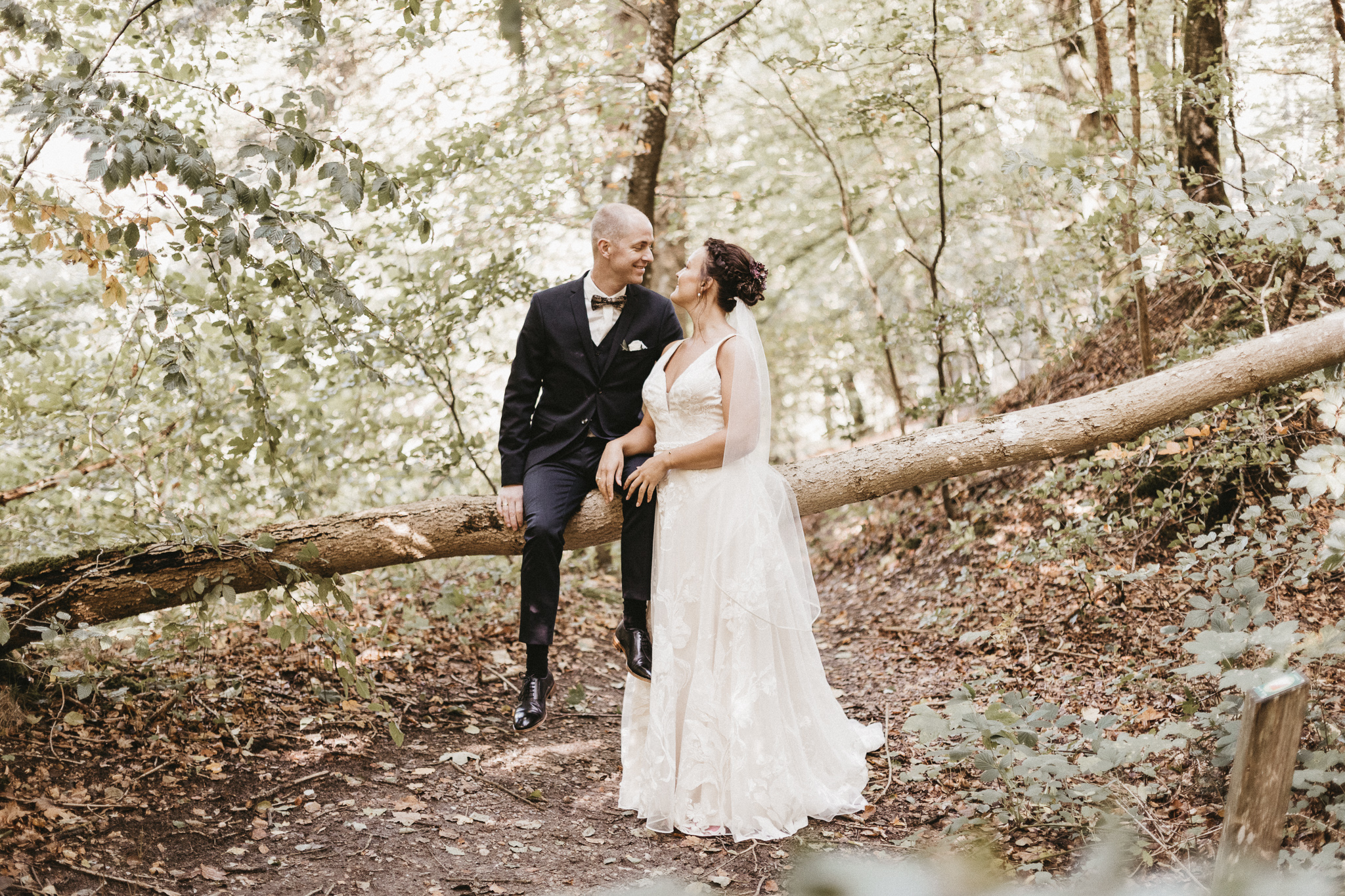 Sara & Allan 2018 - Vi har haft den store fornøjelse at få vores bryllupsdag foreviget af Adam. Om ham kan der siges, at han er et af de mest ordentlige, situationsfornemmende, behagelige og kompetente menneske vi i lang tid har mødt.Han er i sandheden et menneske, der ligger en ære i sit arbejde, hvilket er kommet til udtryk ved en grundighed og en tilgang til arbejdet, som ikke alene har udmundet sig i nogle fantastiske billeder men også som gode minder om et gnidningsfrit samarbejde.I vores optik har han så tilpas meget indlevelsesevne, at vi vil kunne anbefale ham til alle - uagtet om man kan lide selv at styre tingene eller overlade slagets gang til ham.Adam, vi kan kun sige dig tak. Det eneste problem vi står tilbage med, er, at det bliver svært at udvælge hvilke billeder, der skal op på væggen, fordi der er indfanget så mange gode øjeblikke.