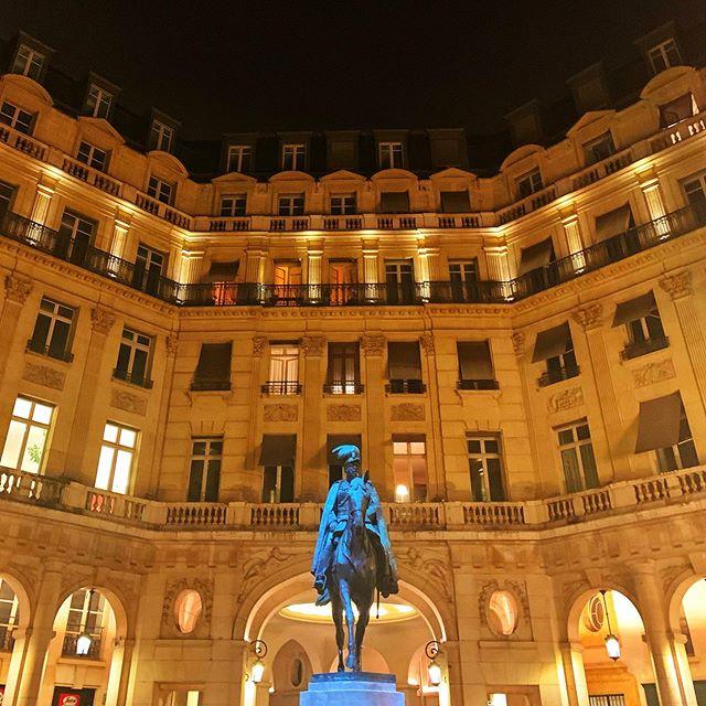 #nighttime #summer #restaurant #conversation #placeedouardvii #illumination #lestwins #paris #france #photography