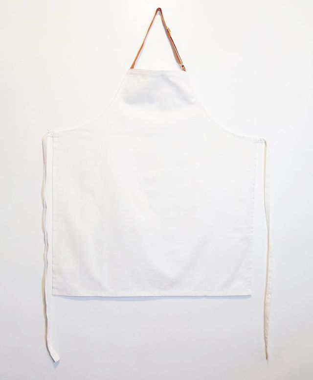 For the chef who likes to work in white + a pop of orange in the strap #oneofakind #samplesale $40+shipping 📮message or email for details . . . #camcamnyc #customaprons #chefaprons #apronsforprofessionals #madeinnyc #japanesecotton