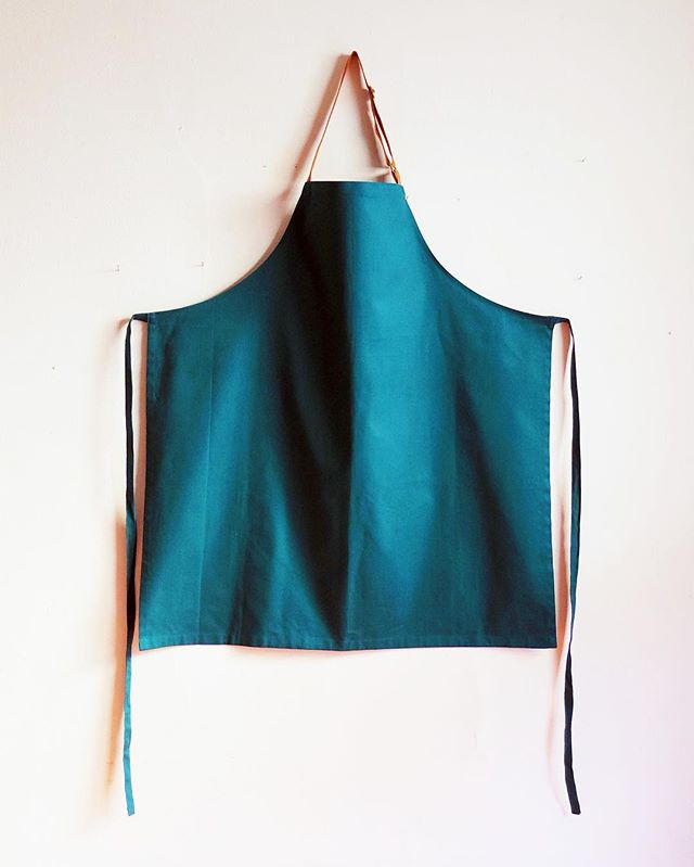 TEAL-time! Mid-length apron with sweet potato orange adjustable neck strap. #oneofakind! $40+shipping 📮message or email for details . . . #camcamnyc #samplesale #customaprons #chefaprons #apronsforprofessionals #qualityfabric #cottontwill #madeinnyc #japanesecotton