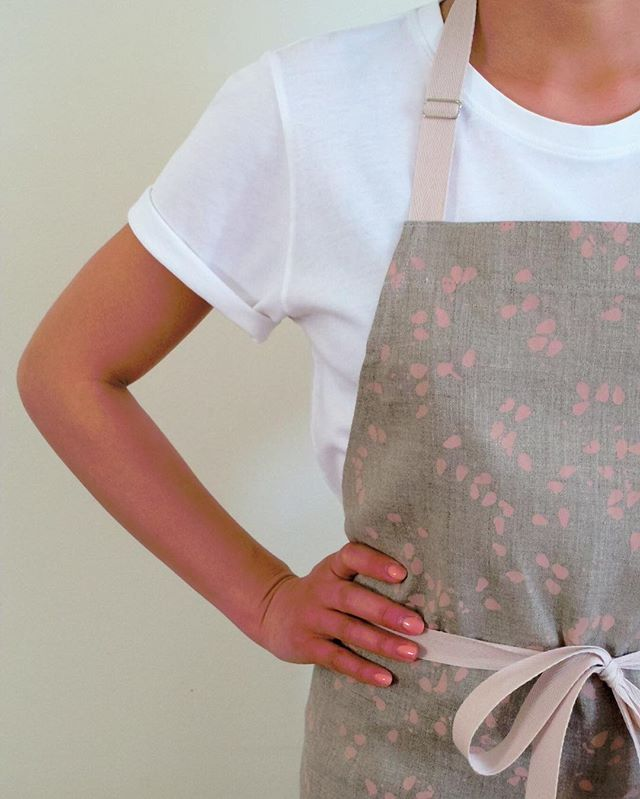 For the chef at home. A casual apron for cooking at the crib. CAMCAM x @A_PART_APART COLLAB--all-over seeds print on linen. $55 + shipping. #samplesale! Only a few aprons left! . 📮message or email for details . . . #camcamnyc #customaprons #chefaprons #chefsathome #apronsforprofessionals #madeinnyc #lightweight #linen