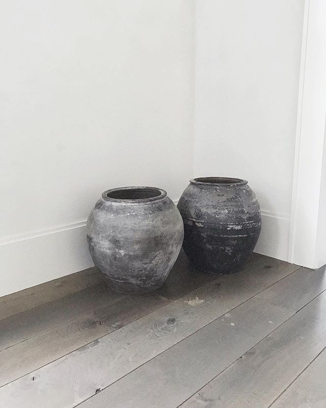 found the perfect corner for these but kind of want them back 😩 . . . . . . #interiordesign #interiors #decor #interiorstyling #design #designerlife #interiorinspo #modernhome #architecture #lessismore #modernliving #art #organicmodern #claypots #antiquepots #studioseva #exquisitesurfaces #sseva