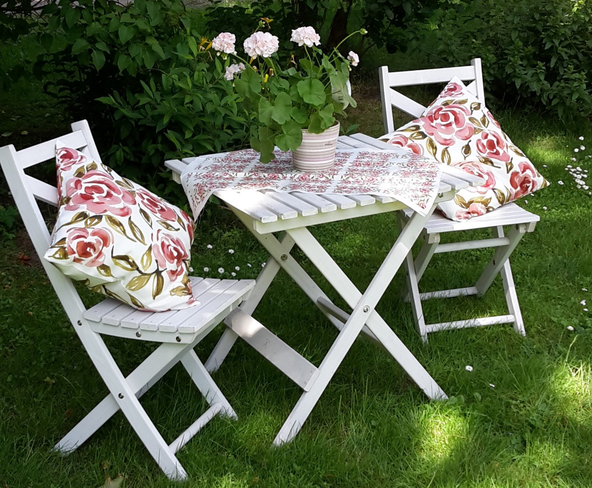 Kuddfodral roses i utemöblerna beskuren.jpg