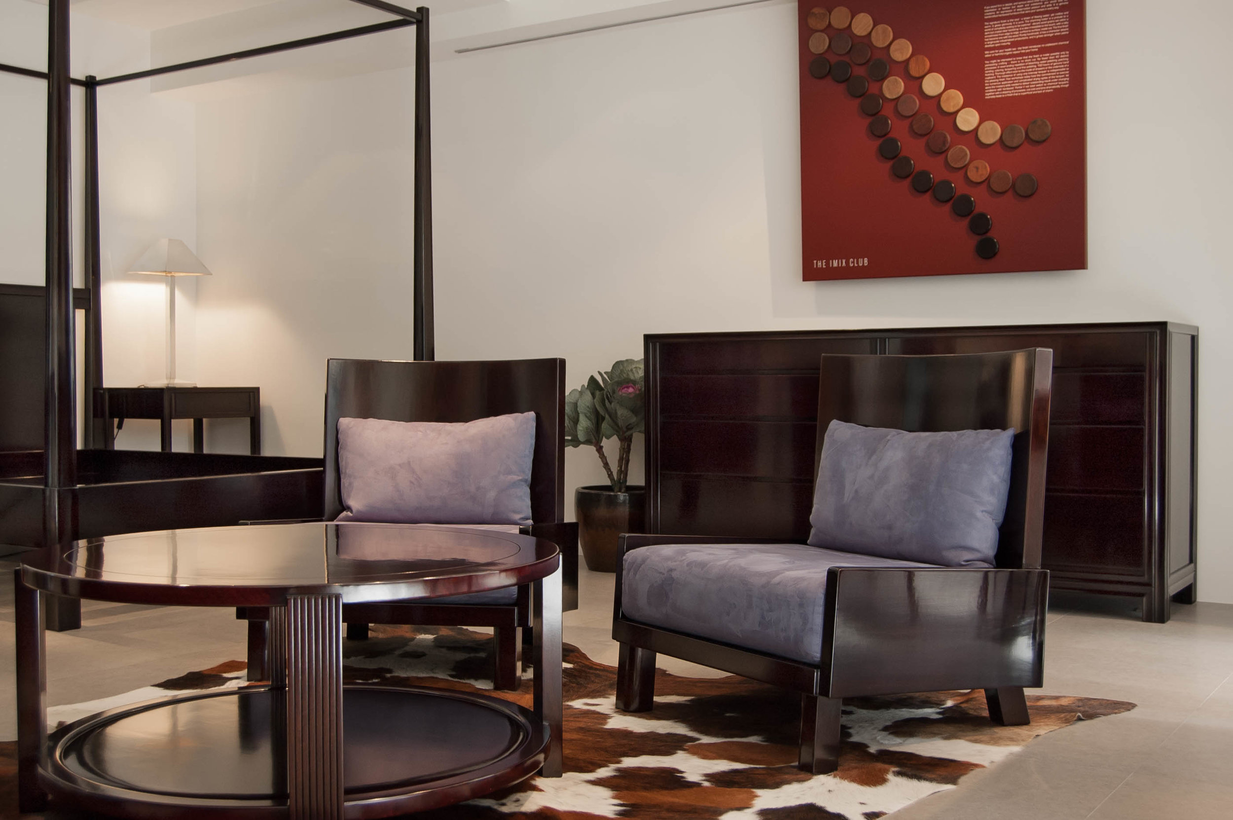 ....furniture setting : coffee table, lounge chair, chest of drawers and canopy bed..家具展廊陈设:咖啡台,安了椅,抽屉柜,架子床....