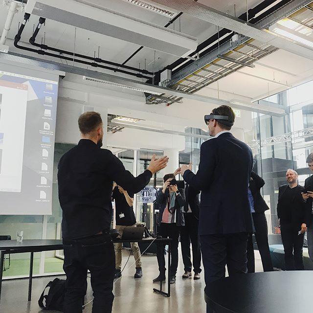Torsdag var kunnskapsminister @henrikasheim innom MCB og fikk prøve HoloLens 😎 I samarbeid med @vimondmedia presenterte @audunklyve @johannelissom fra Mixmaster prosjektet sitt fra våren 2017 ✨