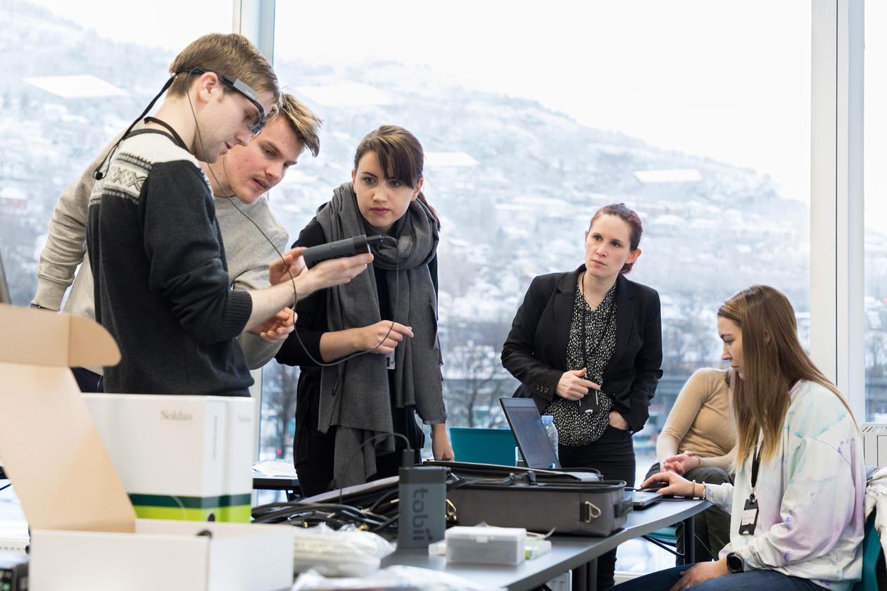Bilde  Fra venstre Mixmaster-student Gøran, Markus, Marthe, kursleder Kristine og Mixmaster-student Malin. Foto: Simon Skjelvik Brandseth, UiB