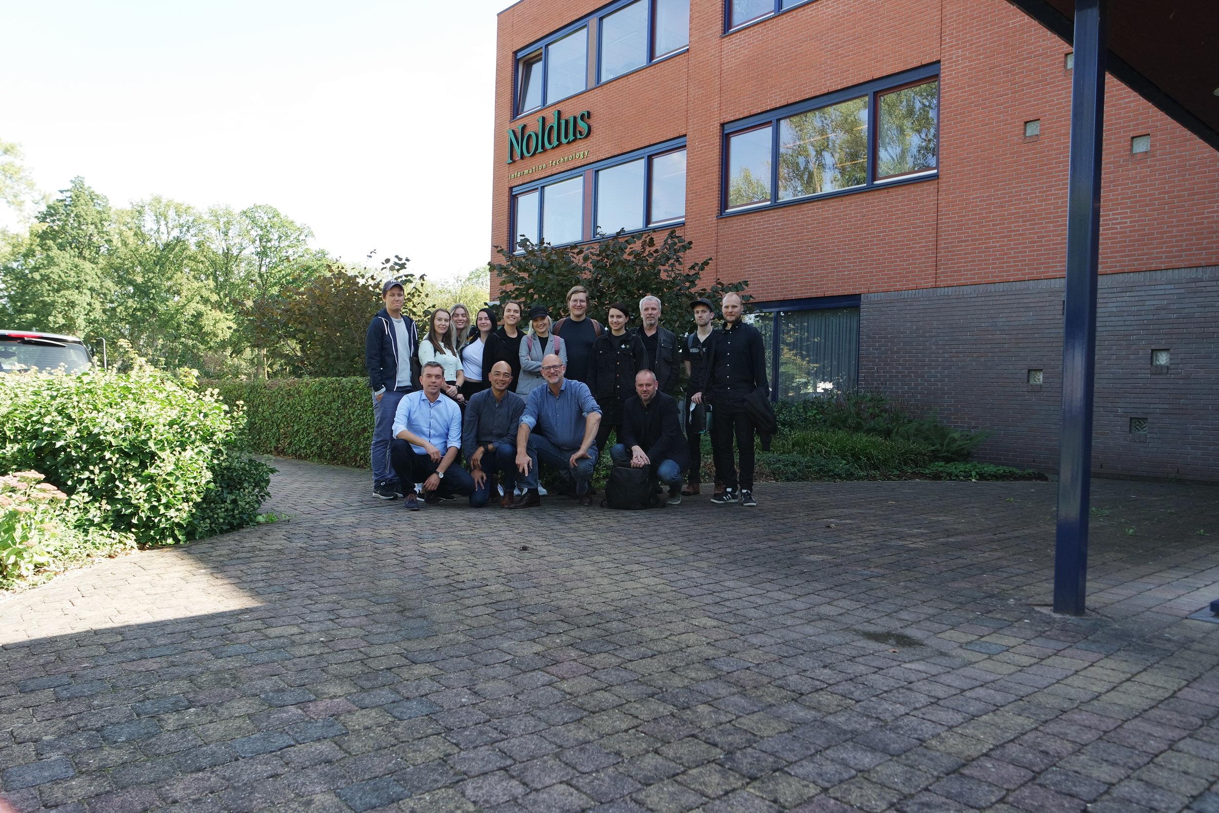 Hele gjengen utenfor hovedkontoret til Noldus IT.